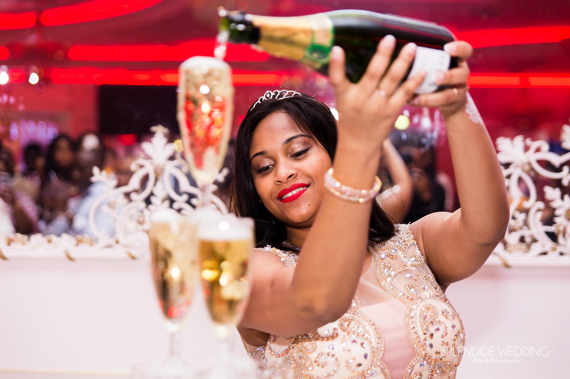 Photographe mariage Paris 19ème Chantal fait pété le champagne