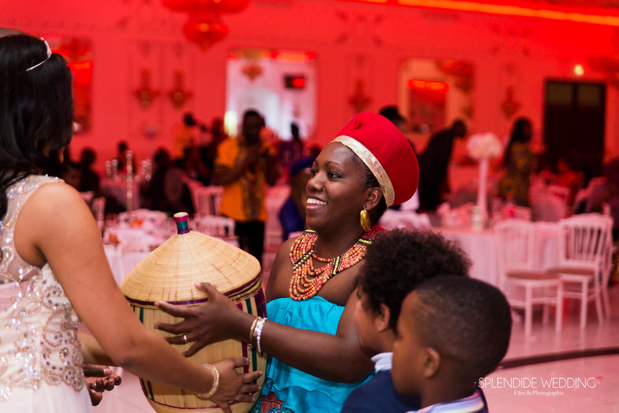 Photographe mariage Paris 19ème Chantal & Darius remise des cadeaux