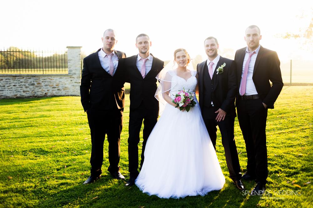 Photographe mariage seine et marne photo des mariés avec les garçons d'honneur