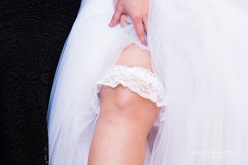 Photographe mariage seine et marne Jarretière de la mariée