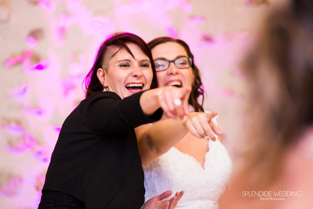 Photographe mariage seine et marne un moment de complicité entre la mariée et sa soeur