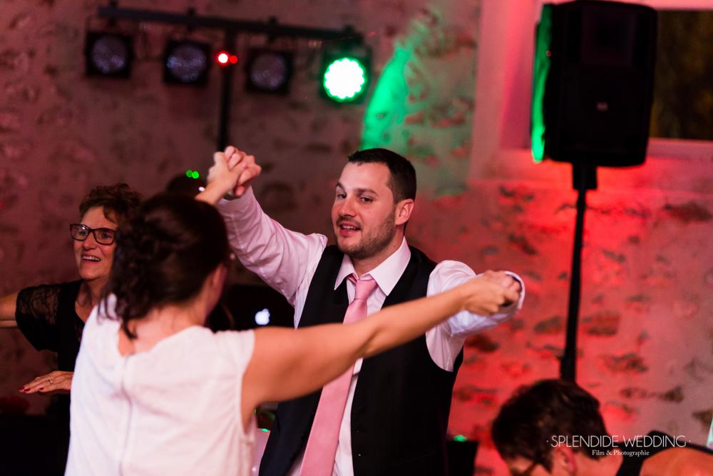 Photographe mariage seine et marne les mariés sont déchainés sur la piste de danse