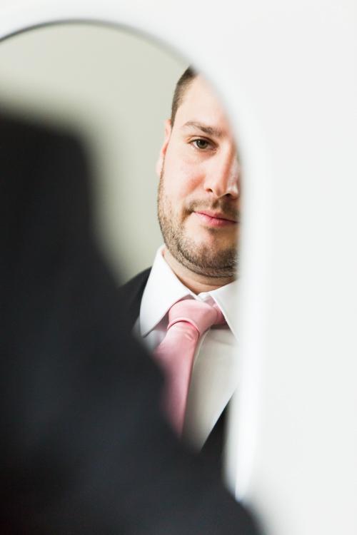 Photographe mariage seine et marne Aurélien se regarde dans le miroir