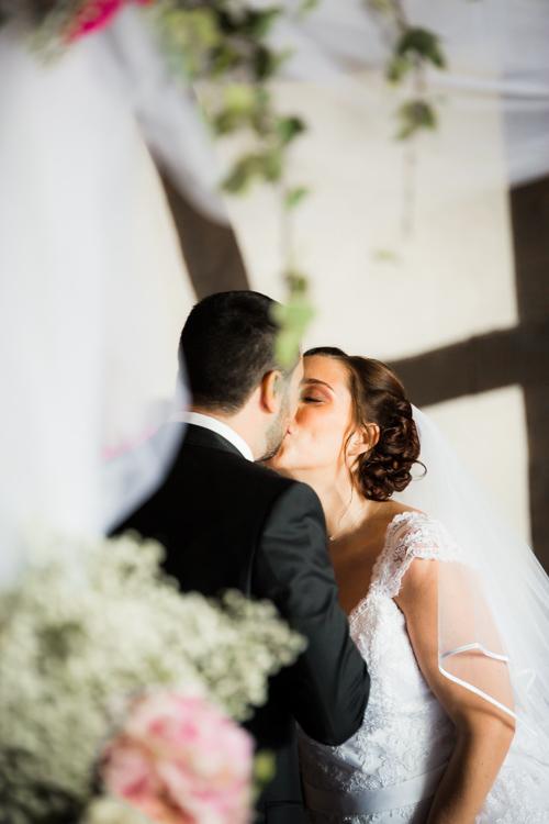 Photographe mariage seine et marne les mariées s'embrassent durant la cérémonie laïque