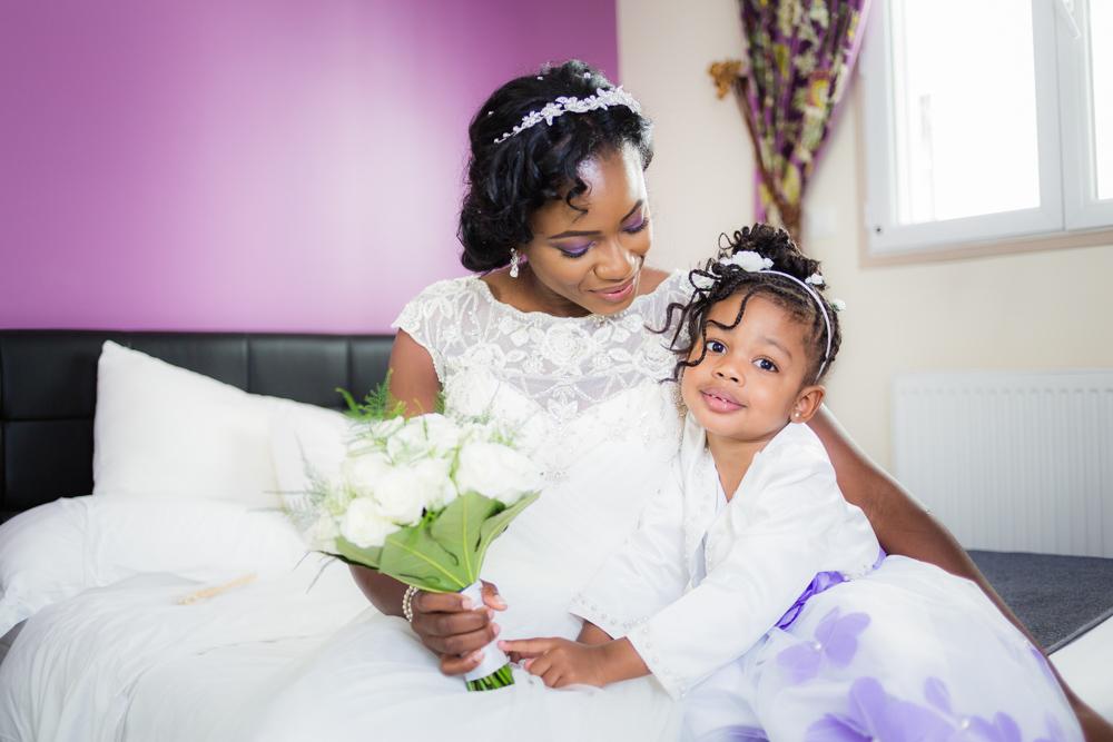portrait d'une maman et sa fille avant le mariage