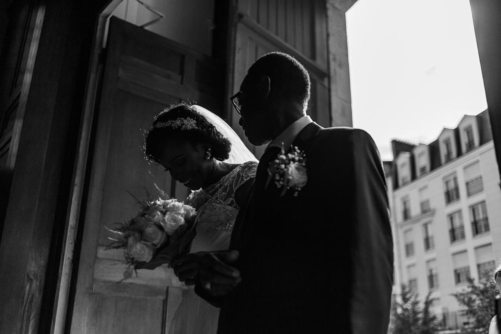 La mariée accompagné par son papa