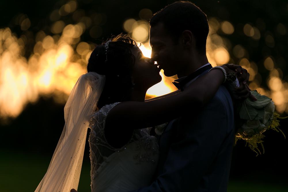 Photos de couple au couché de soleil avec les mariés