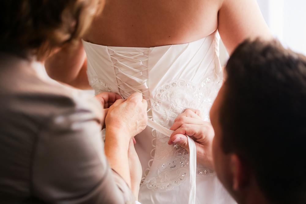 Photographe Mariage Bry sur Marne, nouer la robe
