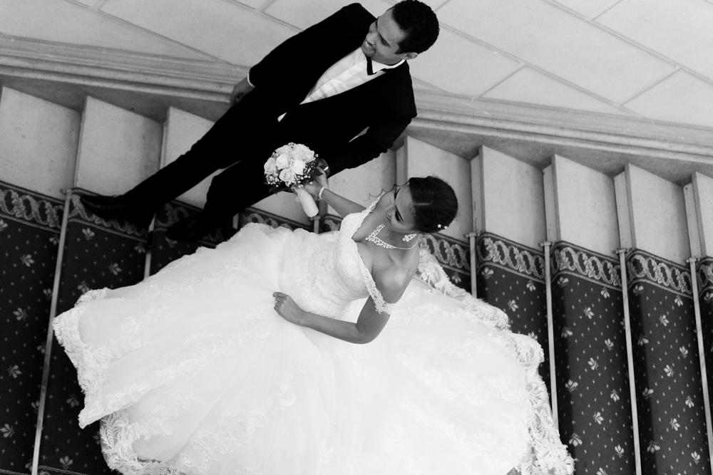 Le marié accompagne sa femme à la sortie de la mairie de levallois perret