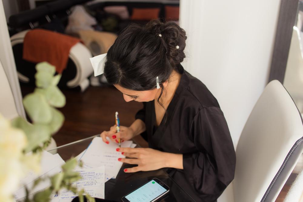 Photographe Mariage Paris, La mariée écris un mot pour son futur marie