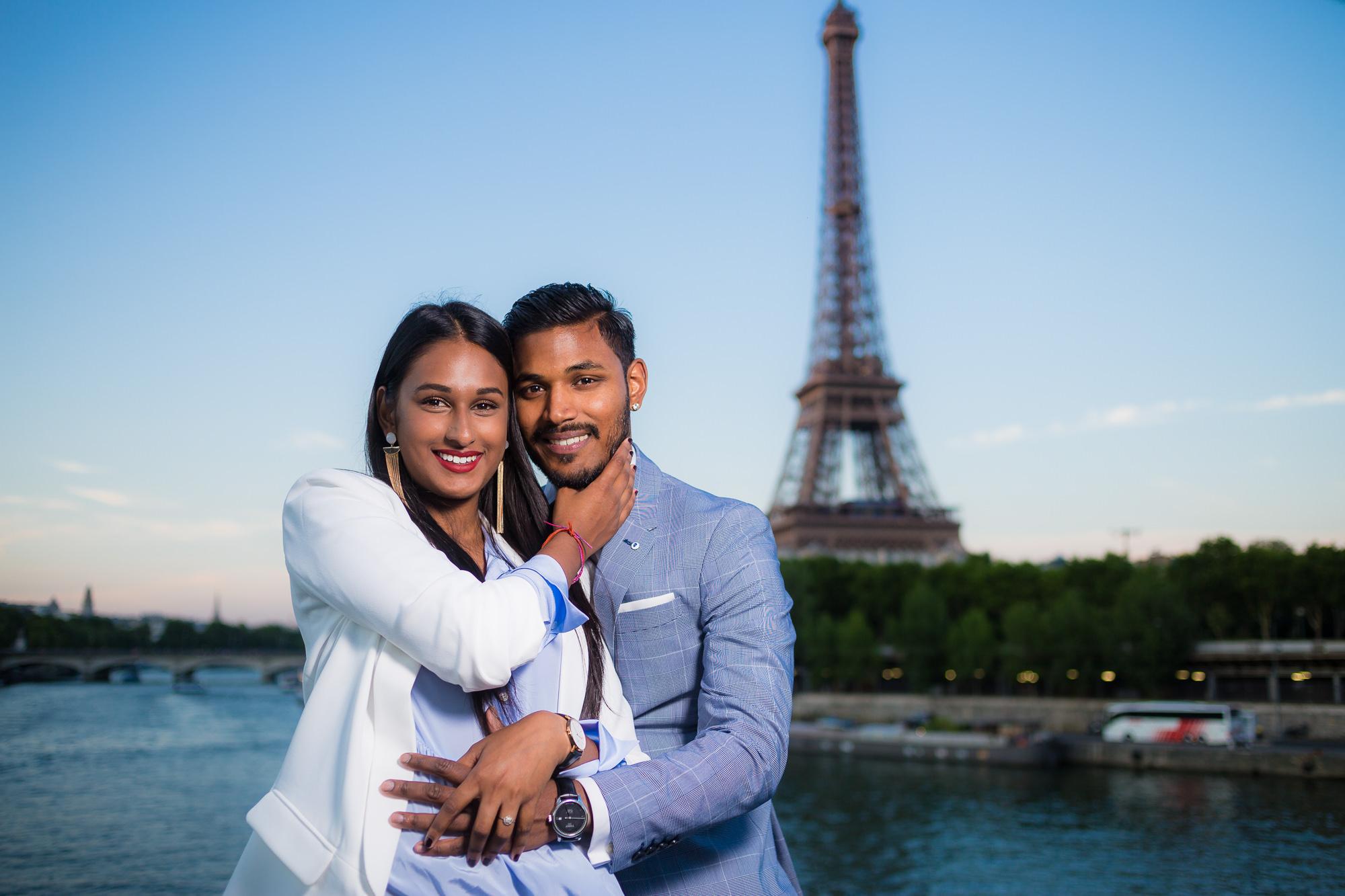 Séance engagement PARIS Couple indien heureux à la tour Eiffel