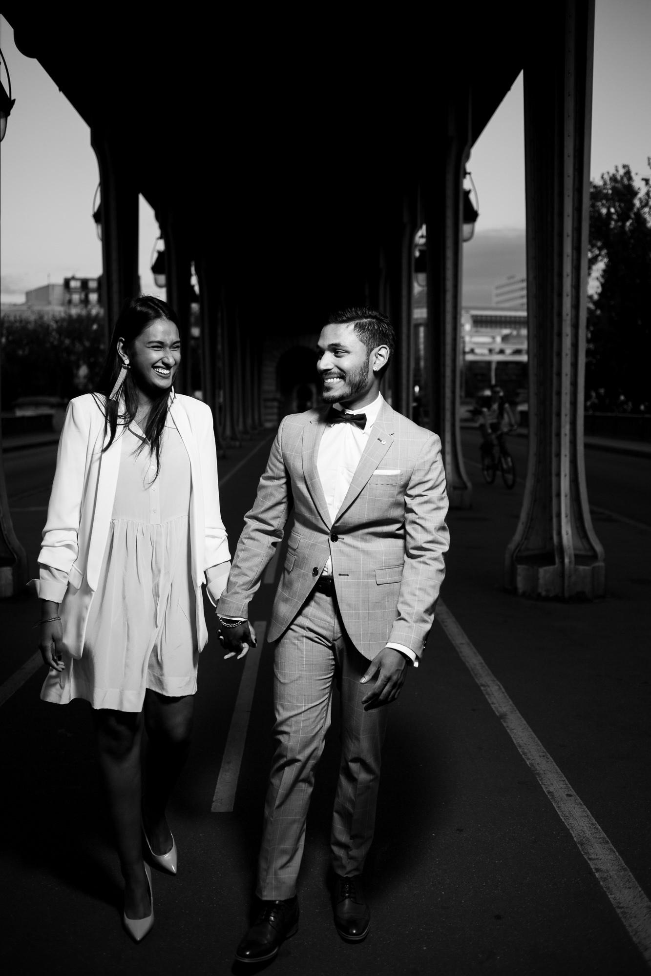 Séance engagement PARIS Jeune couple indien sous le pont de Bir-Hakeim