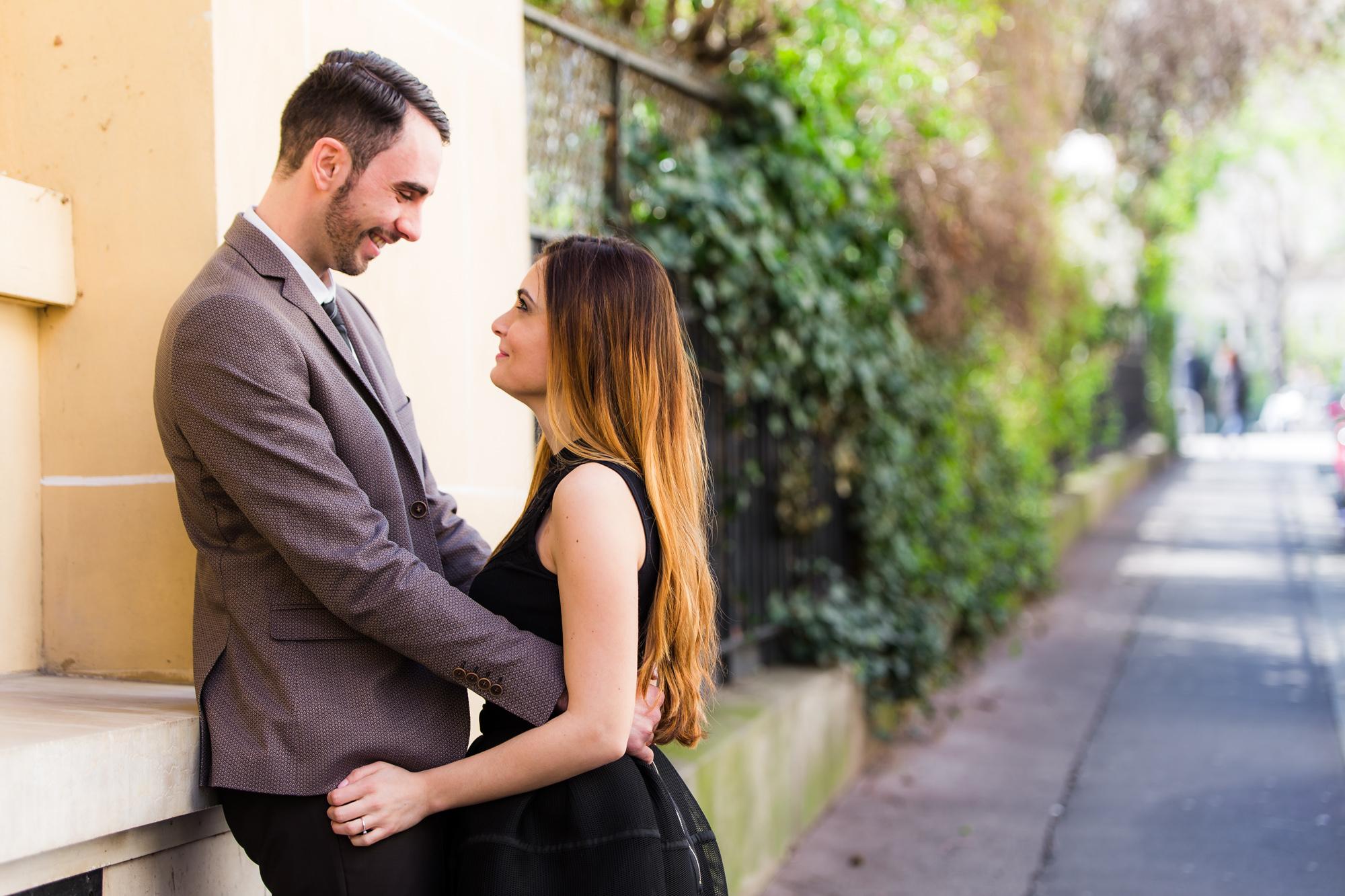 Photo de couple tour Eiffel sourire précieux