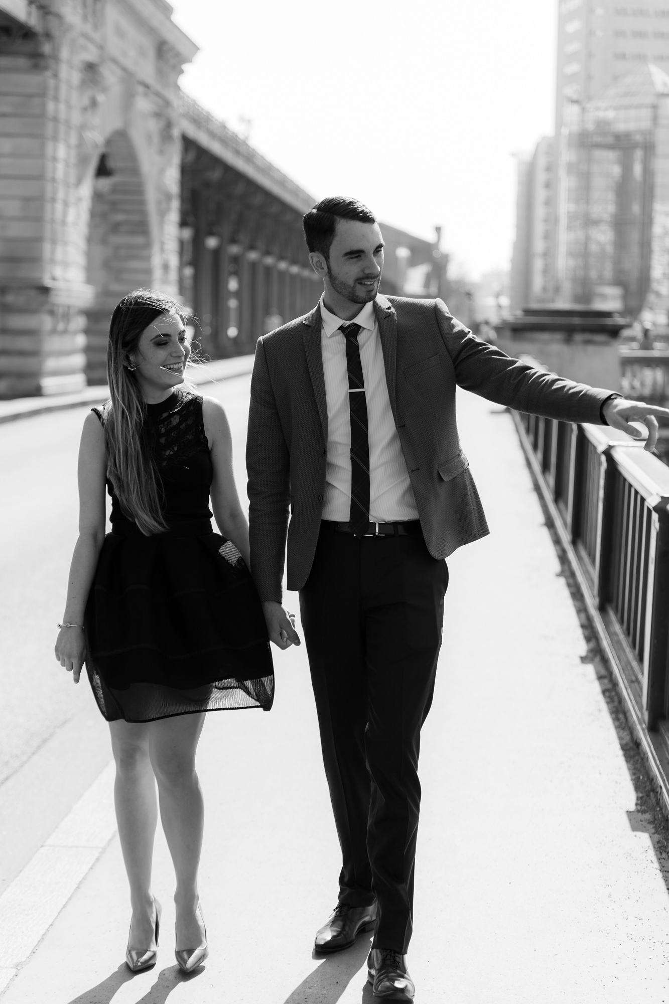 Photo de couple tour Eiffel Helder montre à sa femme un bateau mouche