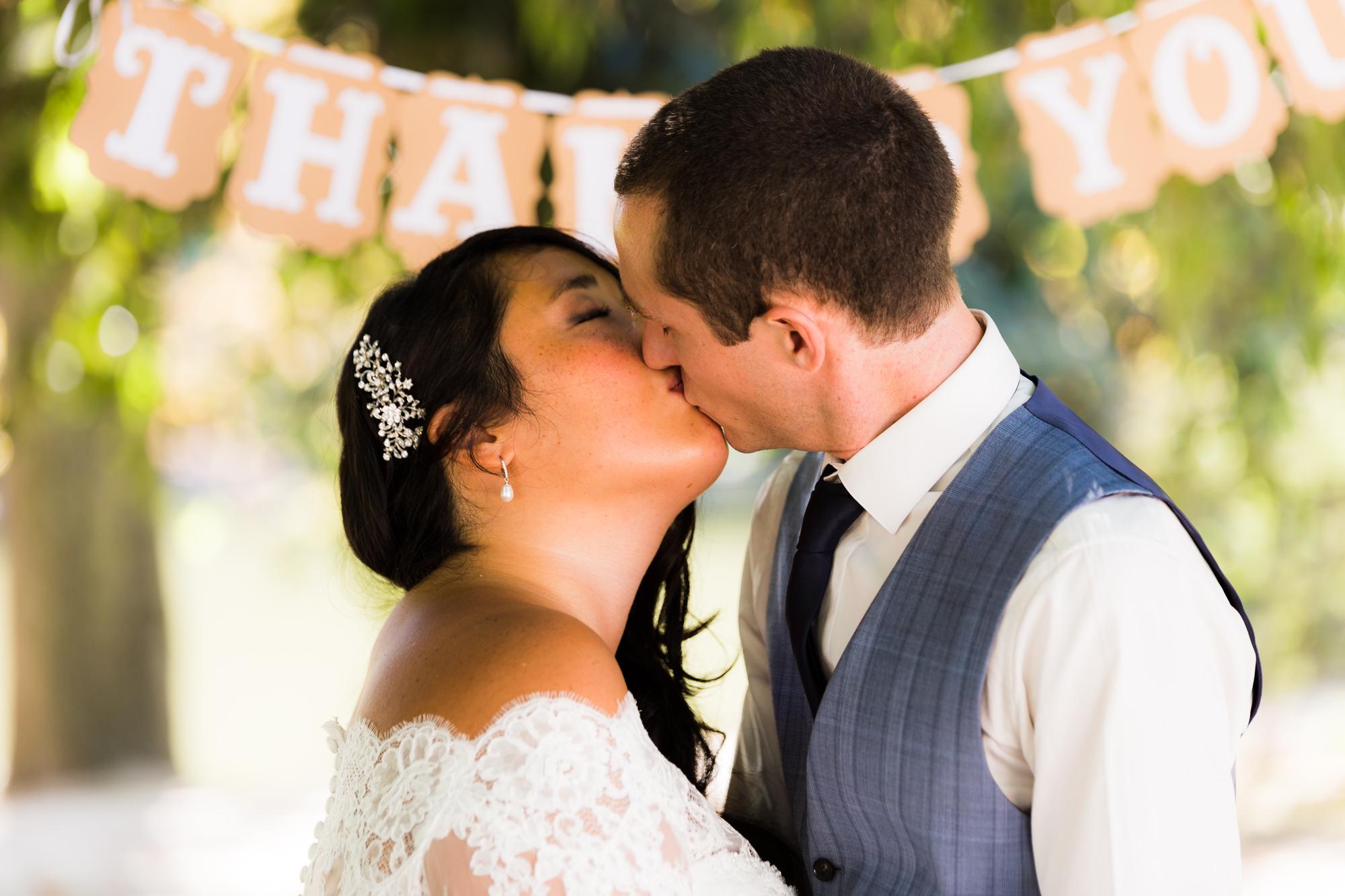 Mariage au Chalet de la Porte Jaune baiser du couple asiatique