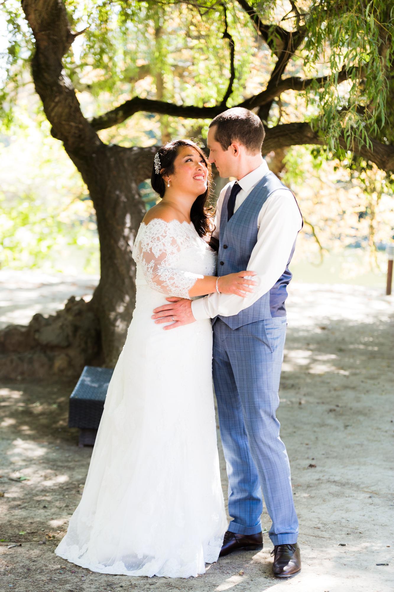 Mariage au Chalet de la Porte Jaune embrassade couple