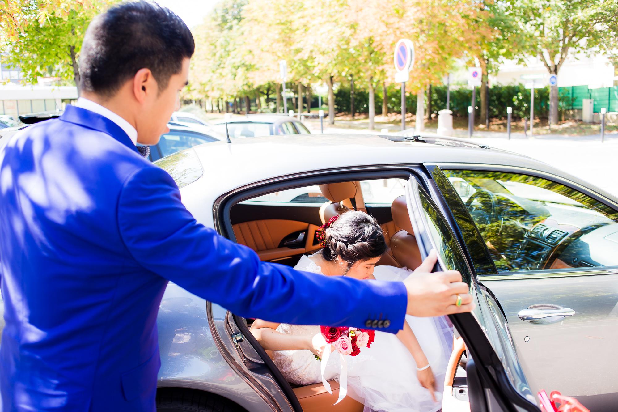 Mariage au Manoir des Cygnes Mathias ouvre porte voiture
