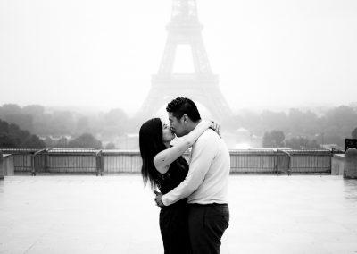 Séance photos de couple Paris Couple asiatique font un baiser au Trocadéro