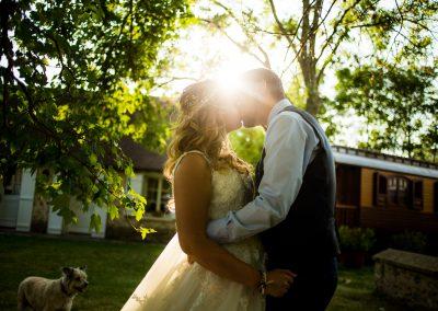 couple marié qui s'embrasse
