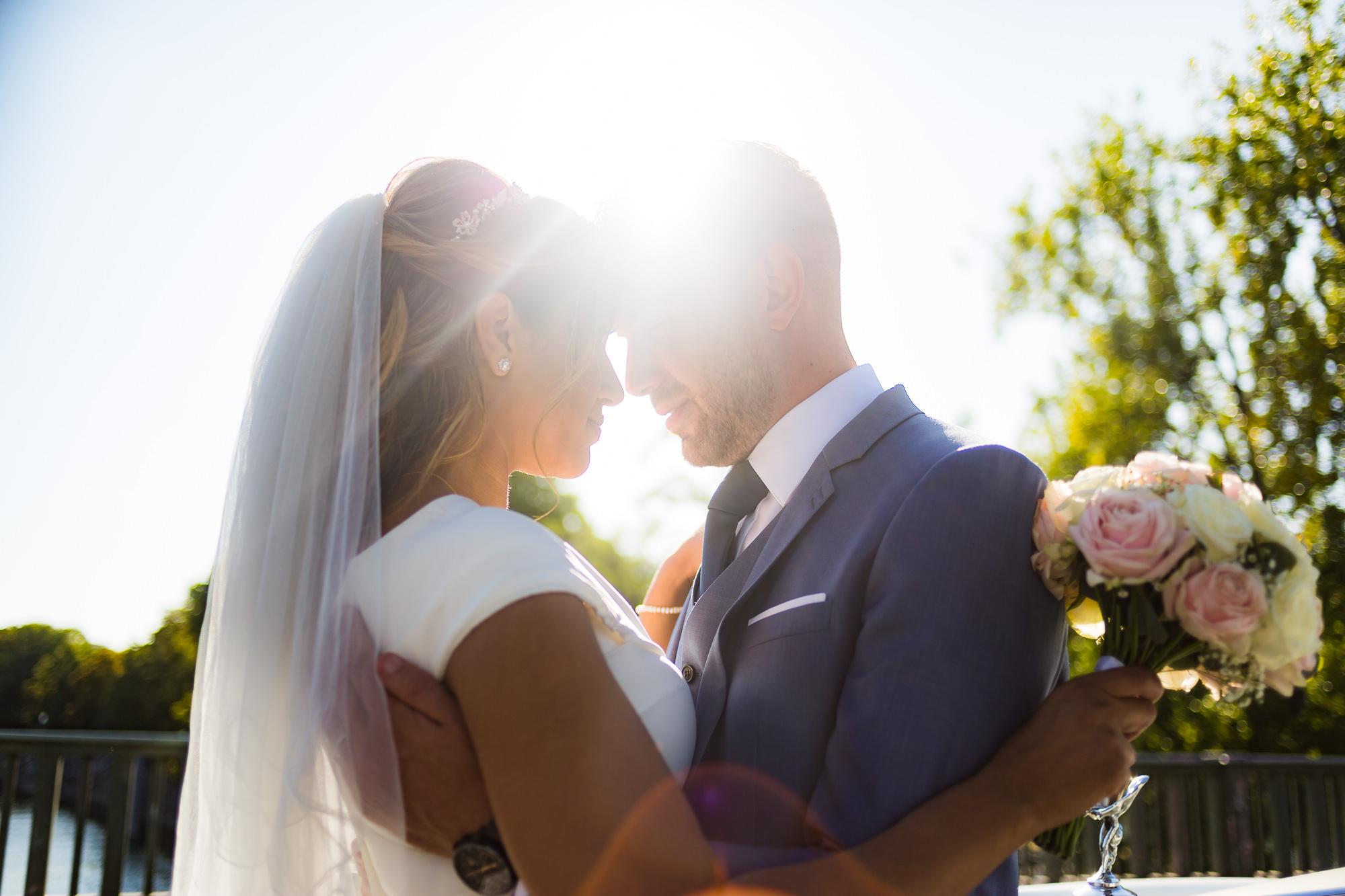 couple marié en été qui se caline